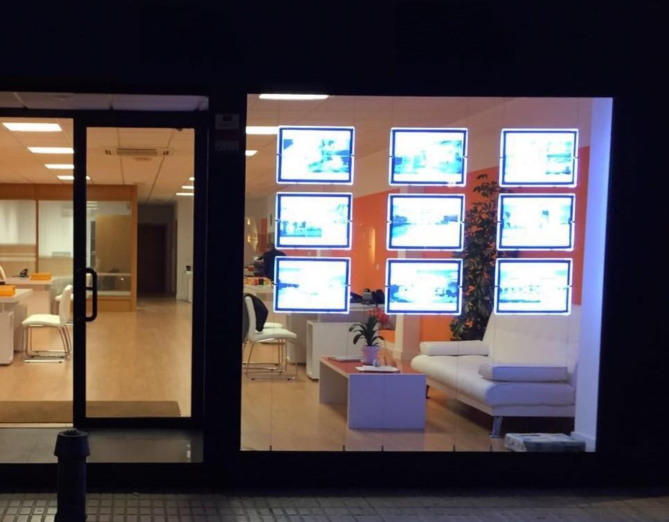 Expositor led escaparate inmobiliaria mayorista for Inmobiliaria mi piso
